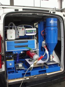 SKID mobil műhely tűzoltókészülékek karbantartásához. Hátsó ajtó közeli.