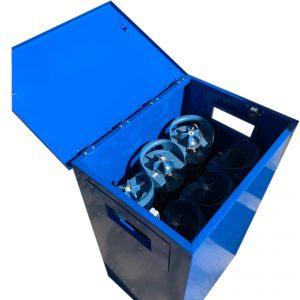 Gázpalack szállító és tároló láda nyitott fedéllel, palackkal háttér nélkül