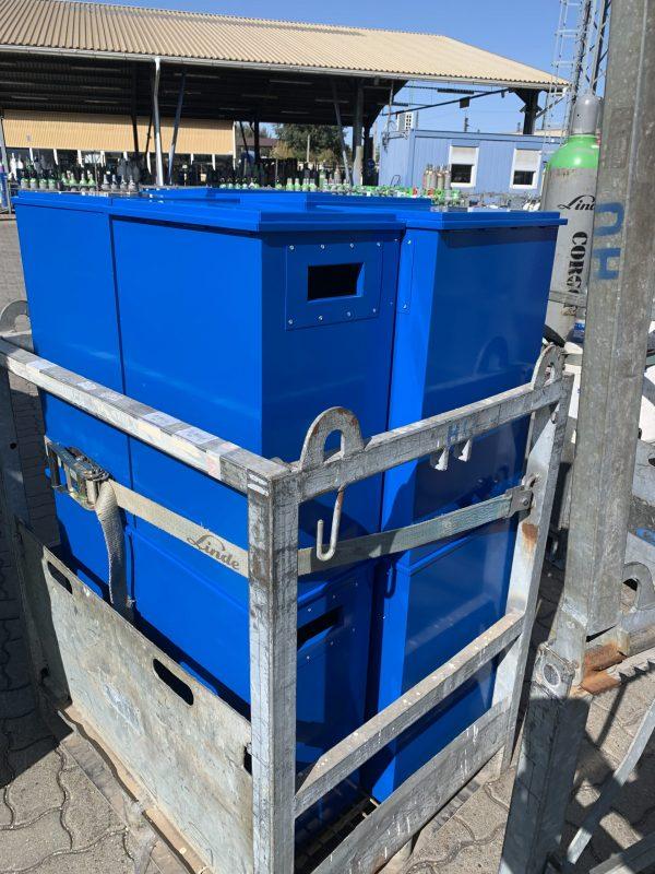 Gázpalack tároló láda halmozva fém gázpalack szállító kalodában
